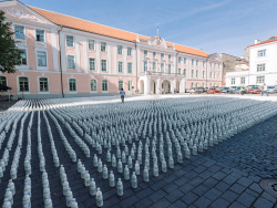 10000 бутылок молока на площади перед парламентом Эстонии: Фермеры протестуют на Тоомпеа
