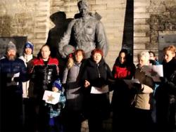 Активисты русской Эстонии помогли ветеранам и спели «Смуглянку» у Памятника Освободителям