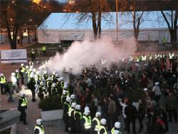 Свечи на Тынисмяги: Жители Эстонии не дают властям забыть `Бронзовые ночи` 2007 года