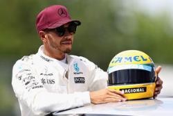 Формула - 1. Льюису Хэмилтону вручили шлем великого бразильского гонщика Айртона Сенны