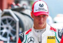 Автоспорт. 20-летний сын Михаэля Шумахера впервые в карьере выиграл этап `Формулы-2`