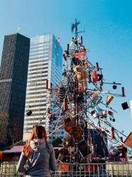 Самая страшная рождественская елка установлена в Берлине